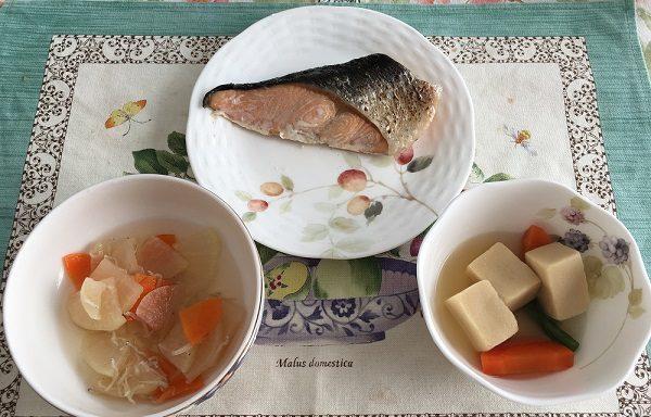 わんまいるの『旬の手作りおかずセット』鮭の塩焼き、高野豆腐の炊き合わせ、大根としらすの和え物