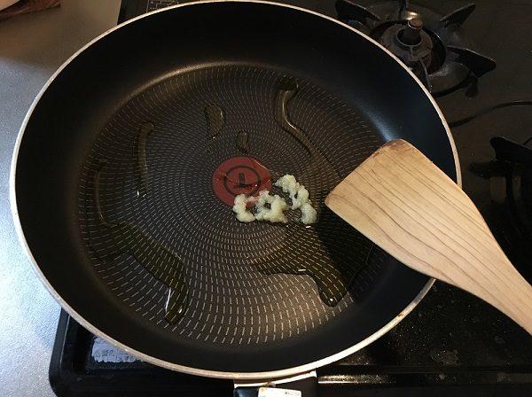 すりおろしニンニクを炒めている所