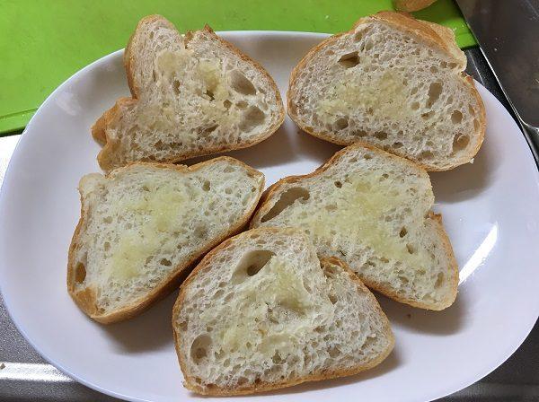 フランスパンのガーリックを塗った所